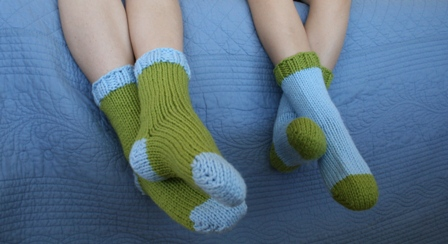 Easy Bed Socks Knitting Pattern 2 Needles : Bulky Sleep Socks Tutorial - v e r y p i n k . c o m - knitting patterns and ...